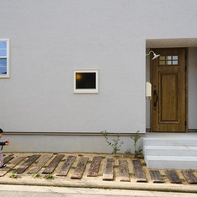 子供が写るだけで、なぜこうもいい写真になるんだろう。子供の力はすごい。それにしてもかわいいな。 #グランハウス#岐阜#設計事務所#デザイン住宅#外観#かわいい外観#枕木#おしゃれな家#モルタル#塗り壁#子供#上げ下げ窓#外構#玄関#玄関ポーチ#玄関照明#玄関アプローチ#外観おしゃれ#コンクリート住宅#風なだけ