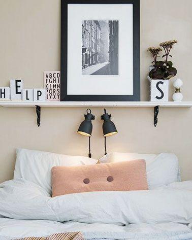 Une déco chambre scandinave avec une étagère en tête de lit