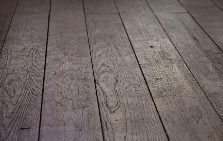 LIJN - Deze parketvloer heeft verschillende prachtige facetten die zowel voorkomen uit de natuur als uit menselijke bewerking. We nemen verschillende lijnen waar in de houtstructuur die kronkelend zijn van uitzicht. Daarnaast vormen de spleten tussen de aparte planken ook een geheel van evenwijdig lopende lijnen.