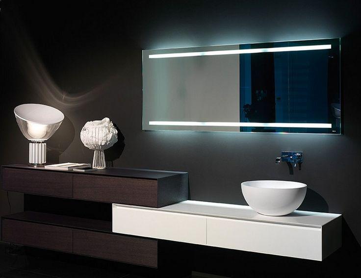 Badspiegel mit vertikalen LED-Lichterketten beleuchtet