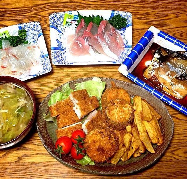 お刺身と鯖の煮付けはお魚屋さんから購入。揚げ物とスープは姉作。私は食べただけ。 - 76件のもぐもぐ - 鯛刺身・ツバス刺身・鯖の煮付け・ポテトフライとナスのフライとトンカツ・豚と白菜のスープ by 美也子