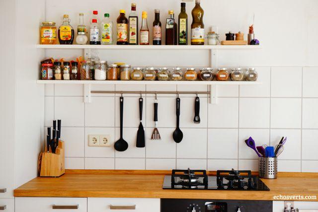 elle serait superflue puisqu'on n'y produirait aucun déchet. Une cuisine qui ne contiendrait qu'un minimum d'appareils, d'ustensiles, de récipients et de vaisselle en matériaux sains, réutilisables, durables et biodégradables. Une cuisine où l'on mangerait des aliments produits localement, dans le respect de l'environnement et des êtres vivants. Voilà
