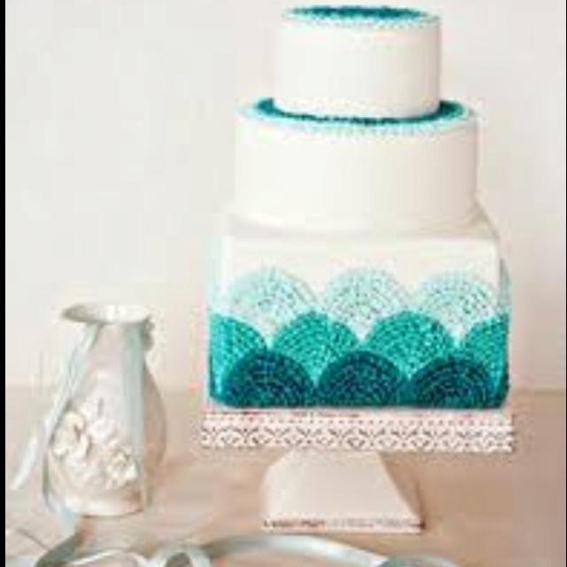 Pretty cake piping