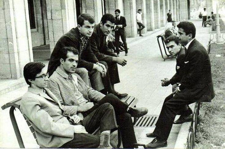 Deniz Gezmiş, Bozkurt Nuhoğlu ve arkadaşları İ.Ü bahçesinde bir bankta sohbet ederken.