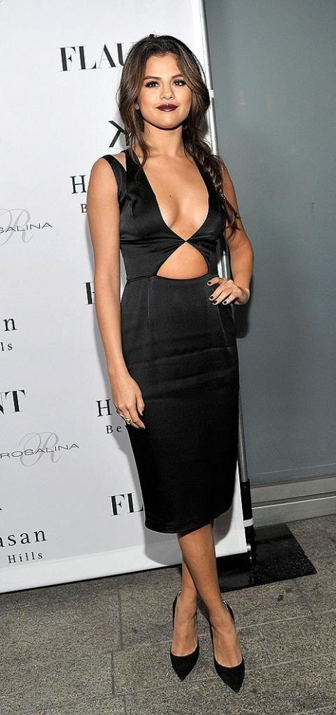 SELENA GÓMEZ  En un vestido negro de prominente escote y cutouts de la colección Resort 2014 de Cushnie Et Ochs, la cantante lució súper sex...... - Selena Gomez Style
