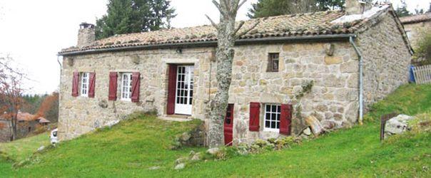 Au calme, la ferme se situe à flanc de colline, au milieu d'un écrin de verdure à 980 m d'alt. sur la commune de St-Pal de Mons.