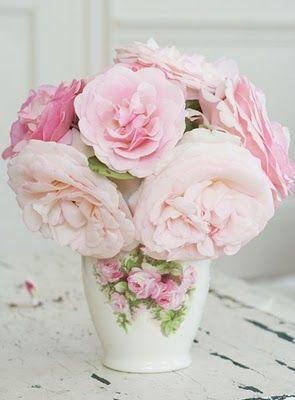 White vase with pink flowers Vase blanc avec fleurs roses