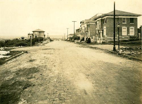 Rua Bela Cintra (junho/1923) - Obras de pavimentação da Rua Bela Cintra, no bairro do Jardim Paulista, vendo-se no plano intermediário o cruzamento com a Alameda Itu.