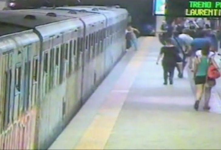 Horrorosa muerte: Mujer no respetó cierre de puertas y fue brutalmente arrastrada por vagón de Metro