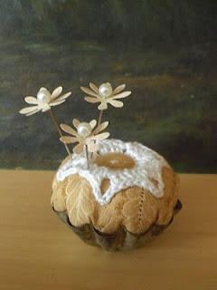Todolwen: My First TutorialTutorials, Flower Pin, Adorable Pin, Pin Cushions, Vintage Tins, Pincushions Needlebook, Paper Flowers, Crafts, Tarts Tins