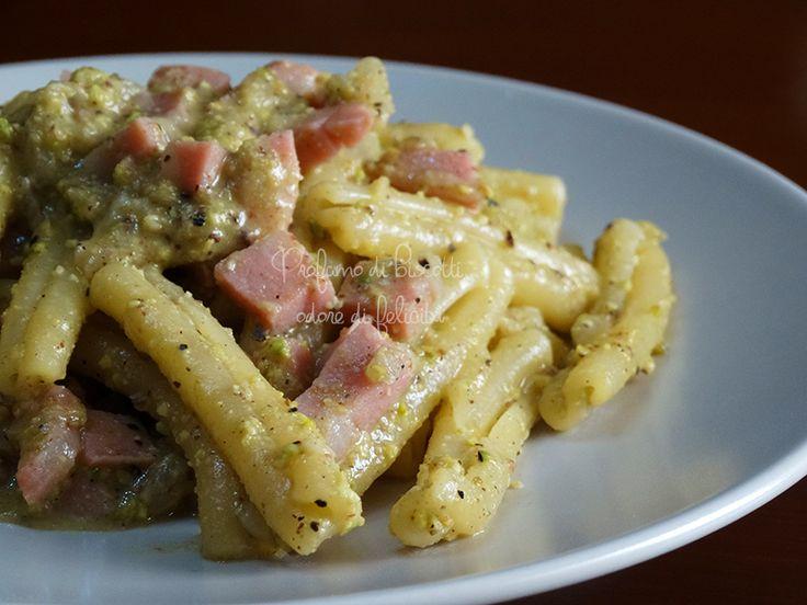Una ricetta velocissima per ottenere una cremosa pasta pistacchio e mortadella senza utilizzare né panna né besciamella! Venite a leggerla! :)