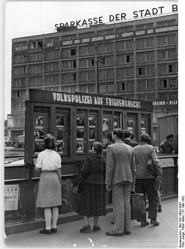 Berlin Ddr 1952 Alexanderplatz Schaukasten Berlin Geschichte Ddr Berlin