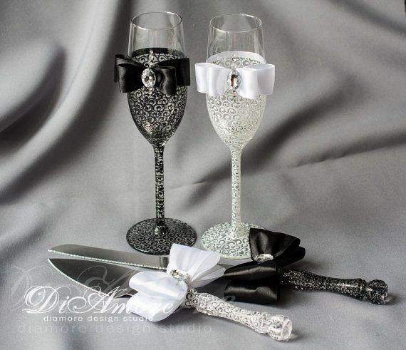 Produits exclusifs de DiAmoreDS sont parfaites pour votre jour spécial, ou comme un cadeau unique pour un anniversaire ou jeunes mariés. Vous pouvez utiliser l'auteur de la décoration pour les fêtes à l'occasion d'anniversaire, shower de bébé et d'autres célébrations  ❤ Achetez cet article et l'obtenir dans le monde entier avec la livraison Lot de 7 pièces: -2 verres à champagne -Gâteau couteau & serveur -Assiette à dessert -2 fourchettes  ✔ DiAmoreDS sommes toujours heureux de faire que...