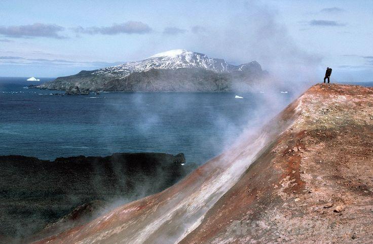 サウスサンドウィッチ諸島(South Sandwich Islands)で撮影された火山からの蒸気と近くに立つ男性(2014年3月11日提供、撮影日不明)。(c)AFP/Peter Convey / British Antarctic Survey / Australian National University Media office ▼12Mar2014AFP|氷河期の生物、火山の熱で生き延びた可能性 国際研究 http://www.afpbb.com/articles/-/3010185 #SouthSandwichIslands