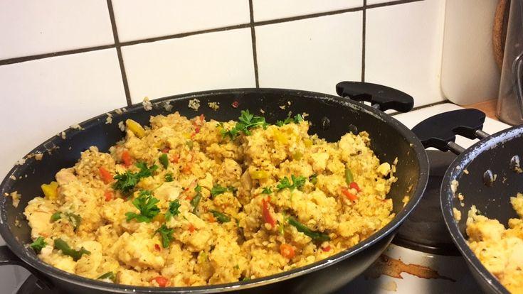 Recept krämigt ris wok: för 21 (små) portioner: 1kg (vägt i okokt form) ris  1 hackad lök 3 vitlöksklyftor 1 röd färsk chili 3100g kyckling (vägt i rå form) 500g valfria wokgrönsaker Kryddor efter smak, - jag använde; peppar, franska örter, paprikapulver, kanel, curry, sambal och persilja