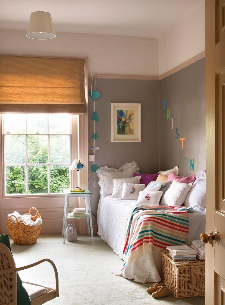 Cuarto infantil Cojines de Designers Guild, en Usera Usera. La manta a rayas es de Zara Home. Colcha blanca en Zara Home y estor en Gastón...: