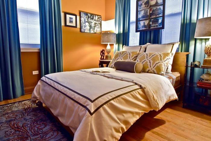 Fesselnd Schlafzimmer Einrichtung In Apricot Und Blau, Blaue Vorhänge, Wandfarbe  Apricot, Bettwäsche In Creme