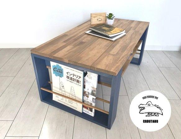 マガジンラックと収納つきの木製ローテーブルです。サイドにマガジンラック、テーブル下に収納を作り機能性の高いローテーブルにしました。3〜4人用サイズです。脚材は深みのあるネイビーブルーにして、そこに天板と同色の丸木をはめこみました。天板は木目を活かしたナチュラルな色合い(ウォルナット)に加工し、使いこむとさらに風合いが出るようにしました。(カラーサンプルページの⑥とD)マガジンラックには大半の雑誌を収納できます。(★大判雑誌も縦置きできる高さに改良しました)テーブル下の収納にはリモコンやボックスティッシュなど、散らかりがちなお部屋の小物を入れていただけます。▶︎おすすめポイント・雑誌を大量に収納可能!・テーブル下にも収納がたくさん!・丈夫な木材を使用しています!・リビングにピッタリの中型サイズ!サイズ横幅90cm縦幅50cm高さ36cm(その他、詳細は写真参照)素材パイン集成材品番 MWLB-6⚠︎注意点⚠︎…