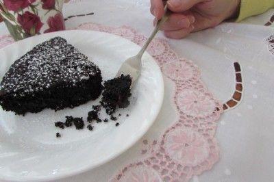 Chocolaté à souhait, ce gâteau moelleux avec le léger croquant du quinoa se mange bien en solitaire, mais il saura accepter sans trop se faire prier une boule de crème glacée à la vanille pourr l'accompagner. Petit conseil, ne le laissez pas à la vue sur un comptoir, sinon il pourrait disparaître rapidement, un petite morceau à la fois...