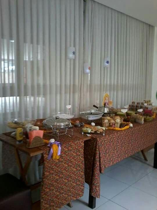 Festa Princesas feita por Sua Festa Organizada ( www.facebook.com/festaorganizada ) - mesa de salgados da Rapunzel  (Enrolados)