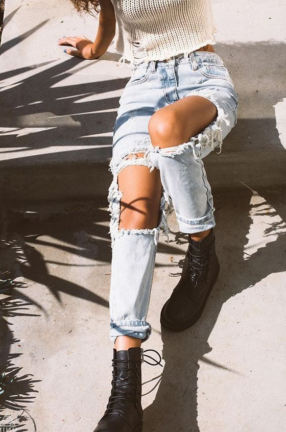 Distressed Jeans Outfit Ideas And Style Tips (4)