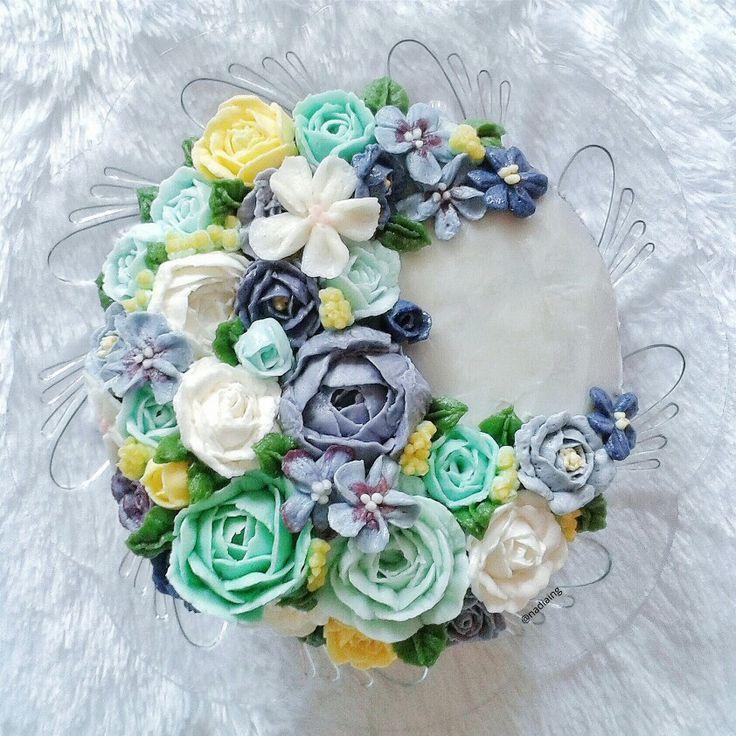 buttercream flower cake arranged crescentic