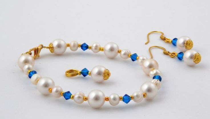 Bracelet, earrings and pendant with pearls and swarovski stones, accessorized with elements gold plated