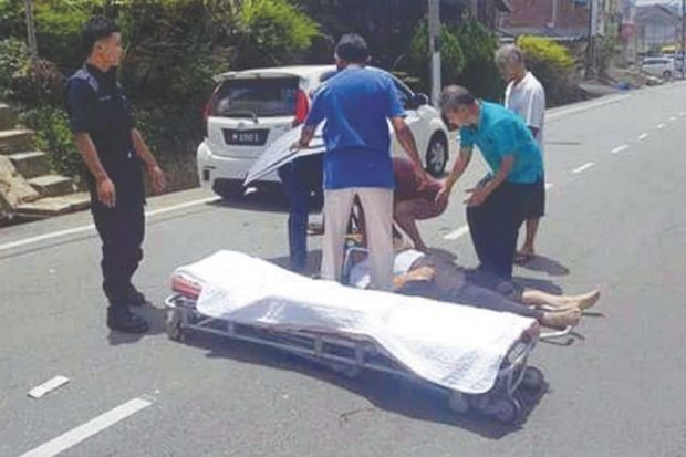 Sudahlah baru lepas kemalangan pengusung ambulans pula rosak sampai terjatuh dua kali nasib warga emas dari Negeri Sembilan sebelum meninggal dunia   Sudah jatuh ditimpa tangga begitulah nasib yang dialami seorang warga emas dari Negri Sembilan sebelum meninggal dunia.  Yu Yew Kuan terlibat dalam kemalangan jalan raya ketika menunggang motosikal di Jalan Besar Kim Loong Jelebu pada 6 Ogos lalu.  Sudahlah baru lepas kemalangan pengusung ambulans pula rosak sampai terjatuh dua kali nasib warga…