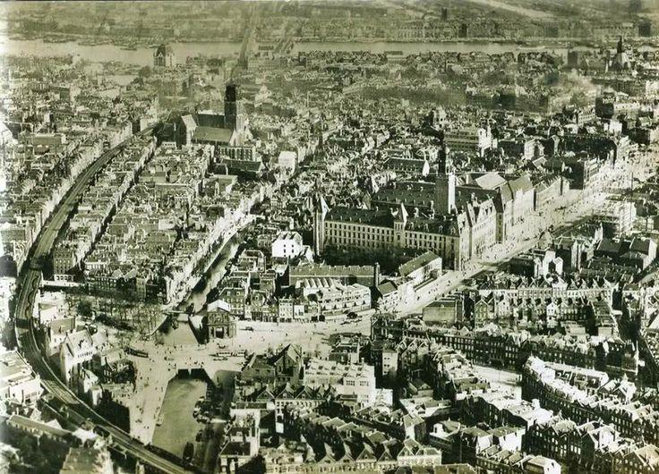 Rotterdam gezien vanuit de lucht voor de Tweede Wereldoorlog. Waarschijnlijk is de foto omstreeks 1925 gemaakt. We zien onder andere mooi het luchtspoor, de St. Laurenskerk, de Coolsingel en het Hofplein.