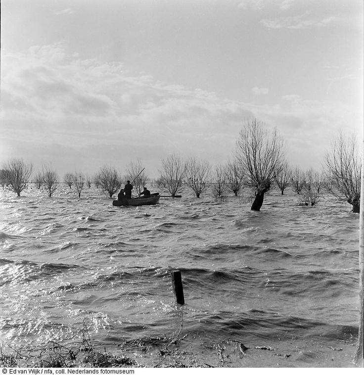 Mannen in boot vlak na de ramp.