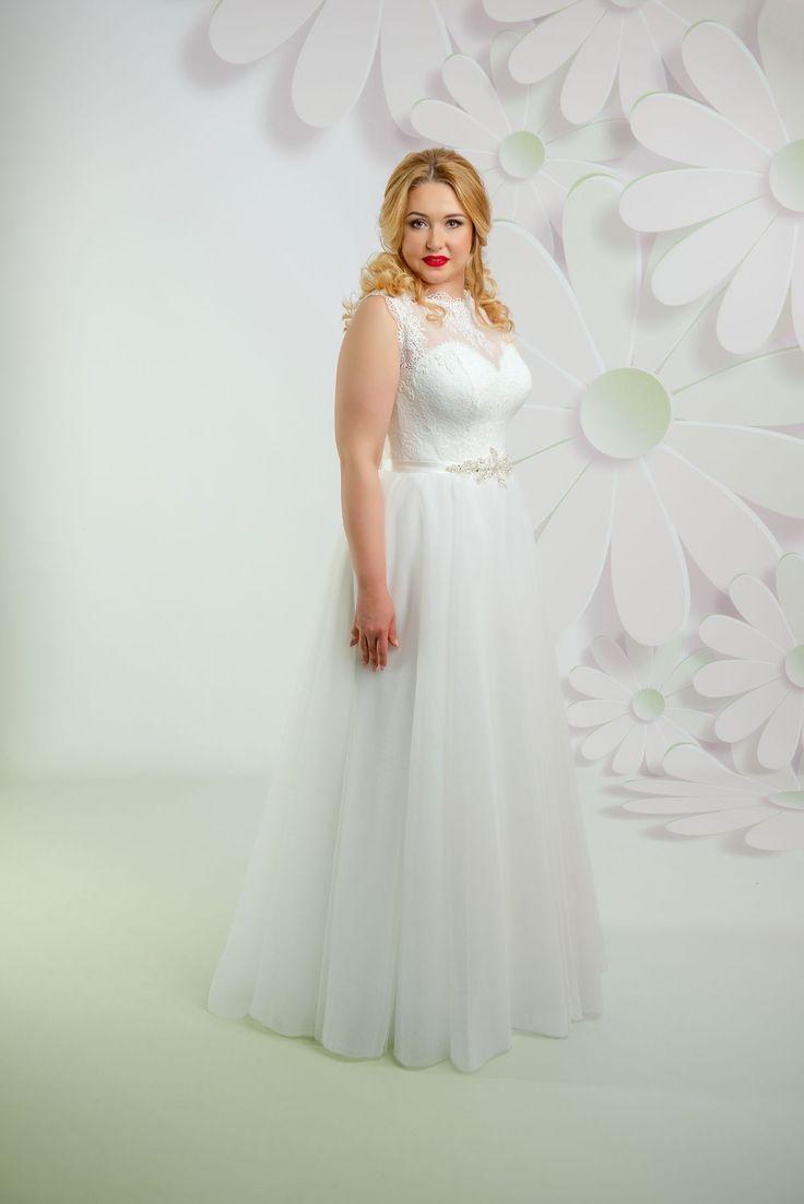 Krásne svadobné šaty s tylovou sukňou a čipkovaným vrškom zdobené opaskom