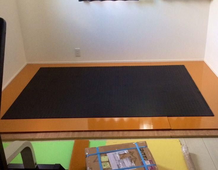 初日記(ホームジム): 筋トレ日記(今はまだ、、、、)ホームジム まずは床を補強するためのジョイントマット=厚さ2cmを敷き詰め、その上にコンクリートガッバン[コンパネ]を置き、滑り防止のためにゴムマットを引いてあります!
