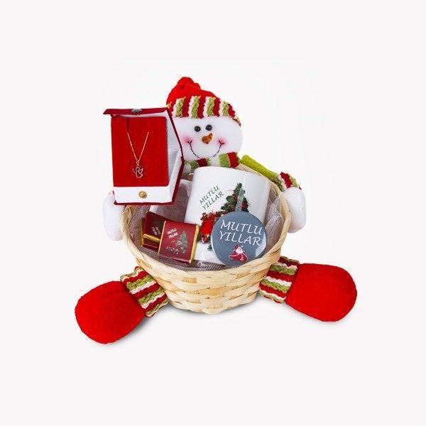Yılbaşında sevdiklerinize altın kolyeli ve sevimli mi sevimli bir hediye vermeye ne dersiniz? Altın Kolyeli Yılbaşı Hediye Sepeti içerisinde kupadan rozete, çikolatadan altın kolyeye kadar birbirinden güzel hediyeler bulunmaktadır.