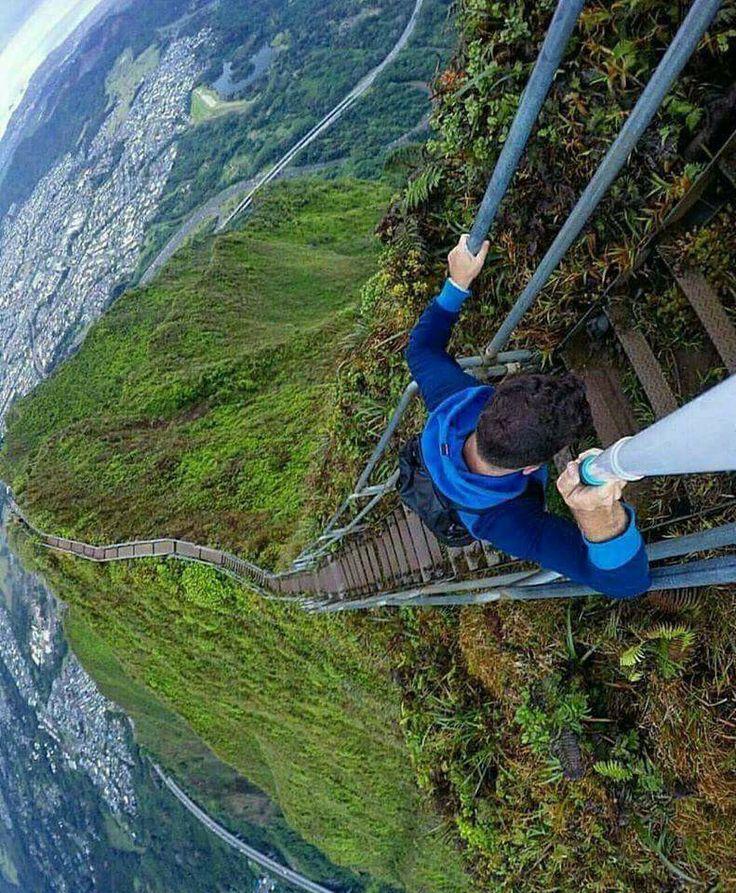 Лестница Хайку (Haiku Stairs) или лестница в небеса - пешеходный маршрут, проходящий по горной местности острова Оаху на Гавайях.  Установлена в 1942 году для прокладки кабеля к базе военно-морских сил США, первоначально была из дерева. В 1950 году лестница была заменена на металлическую. 3992 ступенек поднимаются на высоту 850 метров над уровнем моря.