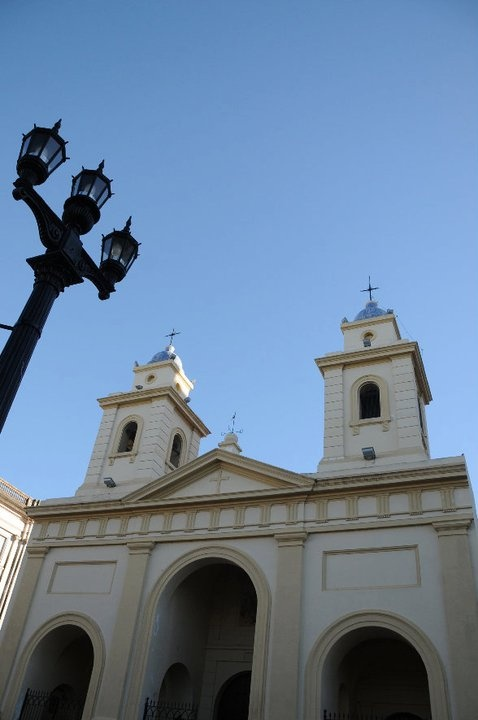 Fachada de uno de los primeros edificios que se erigieron en el actual casco historico santafesino. Con su estilo neoclasico Italiano, la Iglesia Matriz de Todos los Santos se convirtio en el año 1934 en Catedral Metropolitana