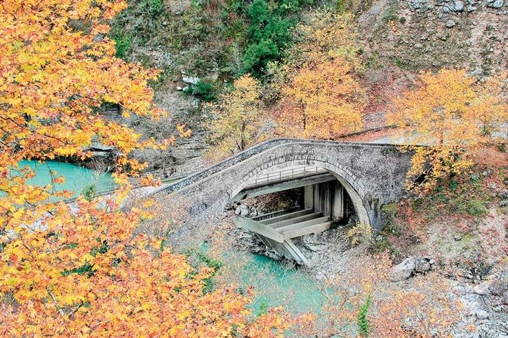 (On the road leading from Fortosi Katsanohoria to Ambelochori, stands the old stone bridge Politsa (or Polytsas), which was on the path connecting the Tzoumerka the city of Ioannina the capital city of Epirus.) photo:Leonidas Tiniakos