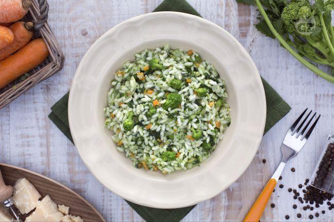 Il risotto alle cime di rapa è un primo piatto genuino e saporito che esalta il gusto deciso di questi ortaggi dal saporo amarognolo.