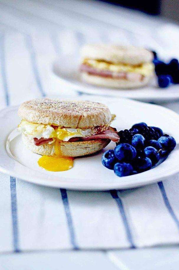 Un muffin anglais avec du bacon et un œuf brinner petit déjeuner diner pinterest