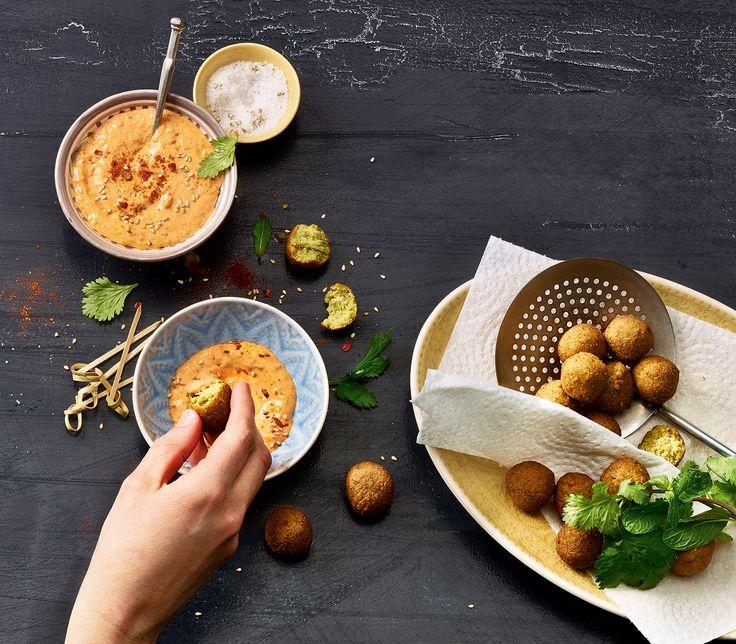 Würzige Paprika-Tahin-Creme in Kombination mit knsuprigen Falafelbällchen, einfach köstlich!