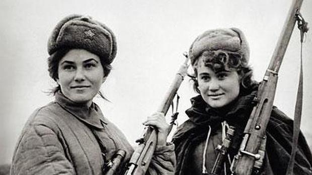 Dos francotiradoras soviéticas posan junto a su fusil - ABC  La historia de Tania Chernova, conocida por ser una de las mejores tiradores de élite del Ejército Rojo, guarda una gran incógnita: ¿Logró robarle el corazón a uno de los mejores soldados de la IIGM?  A pesar de que el héroe de la URSS Vassili Zaitsev (famoso por la conocida película «Enemigo a las puertas») publicó una biografía narrando sus aventuras, todavía son muchas las incógnitas que rodean su vida. Entre ellas destaca…