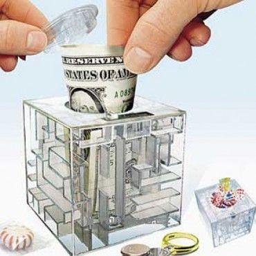 Sháníte originální svatební dar? Věnujte novomanželům unikátní hlavolam – důvtipný labyrint na peníze. Do kasičky můžete přidat bankovky nevěstě a ženichovi na přilepšenou. Než dávat finanční hotovost v papírové obálce, raději překvapte novomanžele netradiční pokladničkou.
