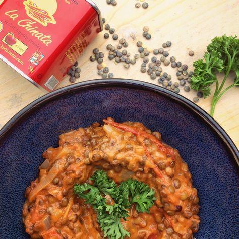 Detox recept hoofdgerecht: Linzen in tomaten kokosmelk saus met gerookte paprika. Pittige en verwarmende vegetarische en veganistische avondmaaltijd.