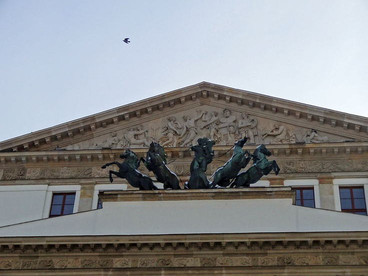 Kwadryga Apollina nad portykiem Teatru Wielkiego