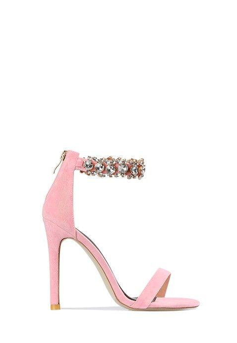 Cette sandale rose à talon aiguille affiche de très jolis détails sexy et raffinés, avec une belle ligne. L'arrière du pied est recouvert et relié au tour de cheville avec fermoir, présentant des détails métalliques chic. Une fine lanière maintient les doigts de pied à l'avant.