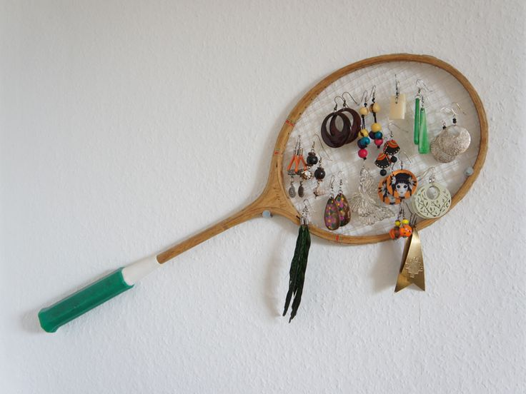 Tag 395: Gastbeitrag – Ohrringschläger Ein Federballschläger eignet sich nicht nur zum Spielen wie uns Caroline zeigt. Das Netz bietet eine tolle Aufhängung für Ohrringe zum Beispiel.