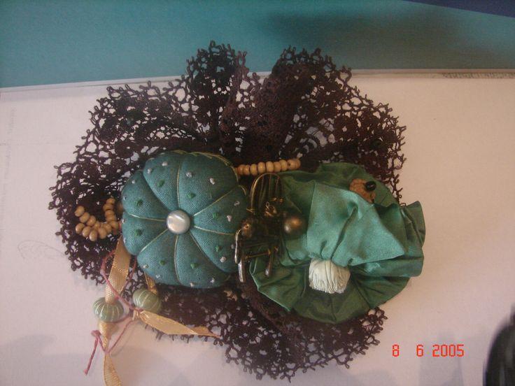 grande broche verte et marron en tissu et dentelle fleur chat etc... faite à la main : Broche par nalisade