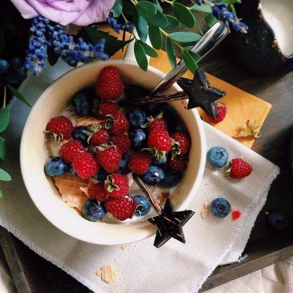 5 рецептов вкусного завтрака  1. Творожок  Ингредиенты:  Пачка творога 5-9% — 200 г Сметана 15 % — 1 ст. л. Мед цветочный — по вкусу Орехи и свежие ягоды или фрукты тоже — по вкусу  Приготовление:  Размягчить творог со сметаной (можно взбить, тогда он получится воздушным), добавить по вкусу мед, орехи и ягоды.   2. Брускетта с творожным сыром и инжиром  Ингредиенты:  Тостовый хлеб или обычный багет-батон — 3–4 ломтика  Растительное масло — 3 ст. л. Чеснок — 1-2 зуб. Творожный сыр (лучше…