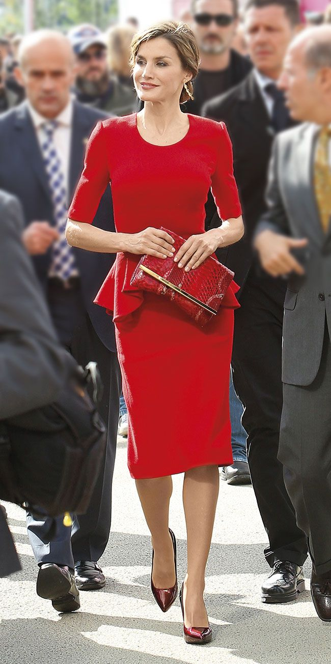 Queen Letizia. Red peplum (Carolina Herrera)                                                                                                                                                                                 Más