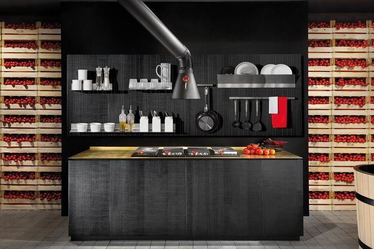 Come attrezzare la cucina. Boiserie attrezzata Wall-play disegnata da Nicola Stangherlin + R&S Minacciolo. Un sistema di pannelli in legno che permette di personalizzare la cucina. Spazio alla creatività scegliendo la combinazione di elementi d'acciaio che si desidera: barre appendi-oggetti, porta-bottiglie, supporti per vasi, libri e oggetti di ogni sorta.