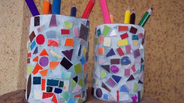 """En un principio eran unas simples latas de conserva, ahora unos """"valiosos lapiceros"""" Lapiceros realizados en los talleres de Vacaciones ,hechos por niños :)"""